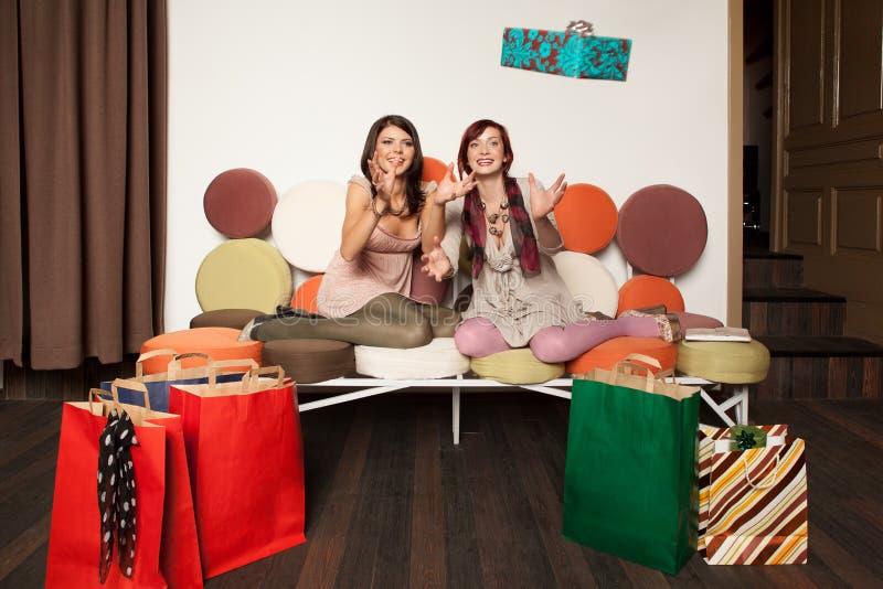 Frauen, die Geschenk fangen lizenzfreie stockfotografie