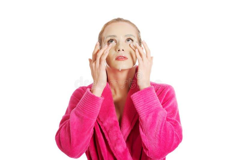 Frauen, die Gesichtsmaske erhalten lizenzfreies stockfoto