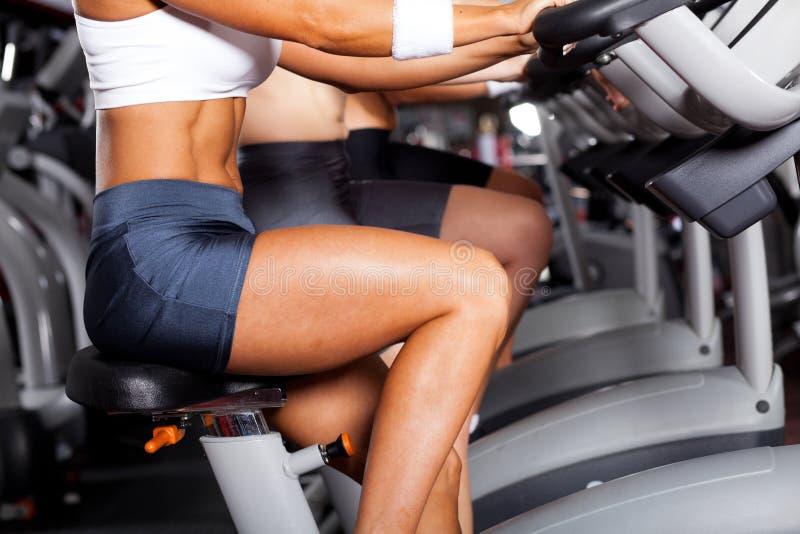 Frauen, die in Gymnastik einen Kreislauf durchmachen lizenzfreie stockbilder