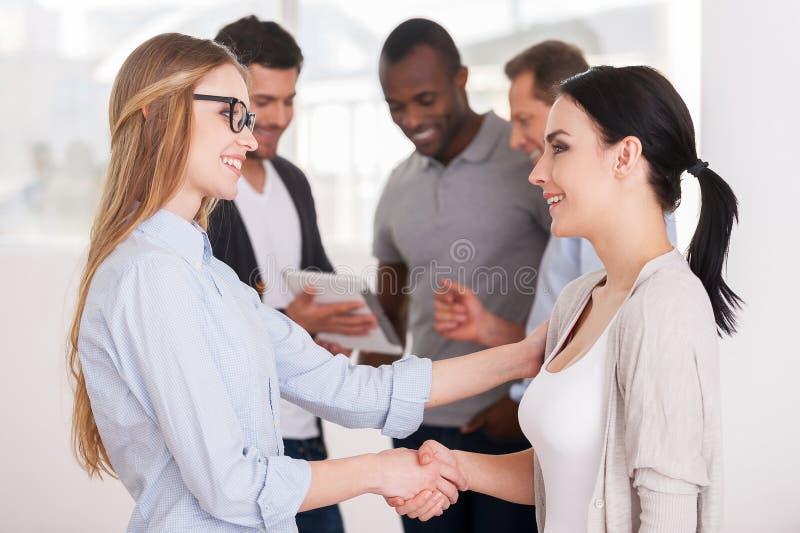 Frauen, die Hände rütteln. stockbild