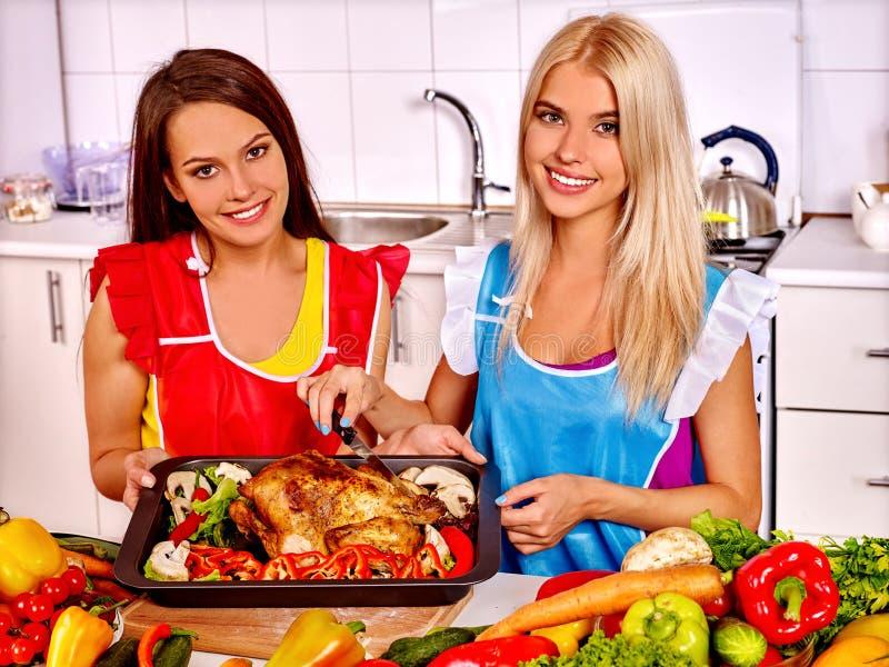 Frauen, Die Huhn An Der Küche Kochen Stockfoto - Bild von fleisch ...