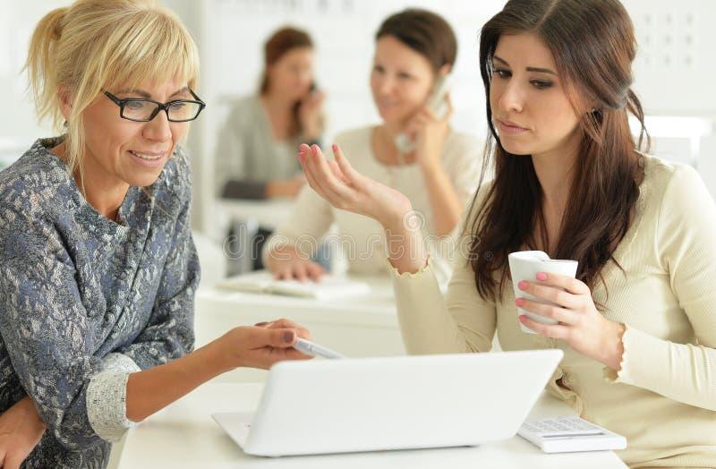 Frauen, die im Büro zusammenarbeiten lizenzfreie stockbilder