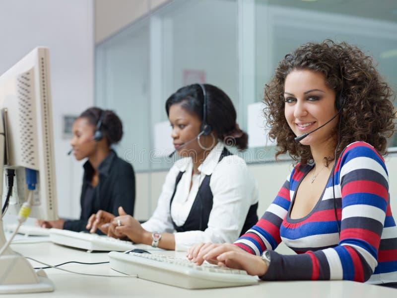 Frauen, die im Kundenkontaktcenter arbeiten stockbild