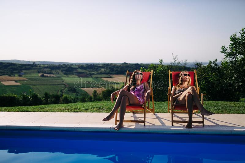 Frauen, die im Sommer sich entspannen und ein Sonnenbad nehmen stockfotos