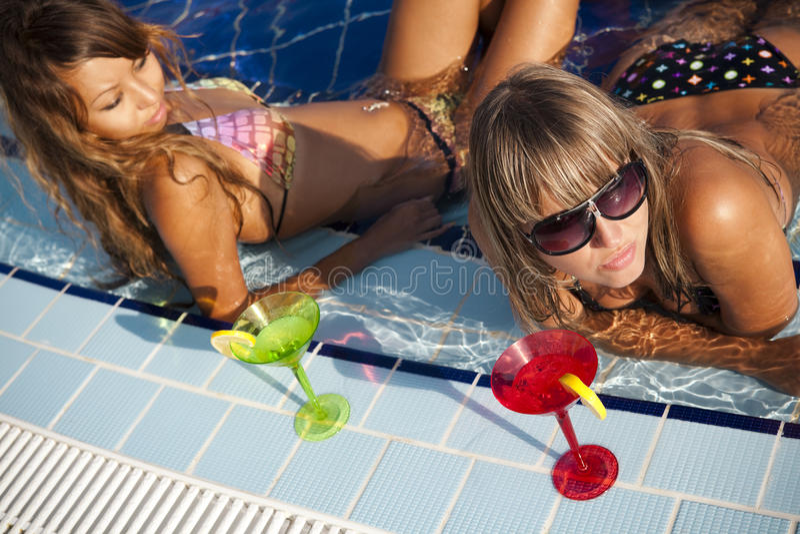 Frauen, die im Swimmingpool genießen stockfotos
