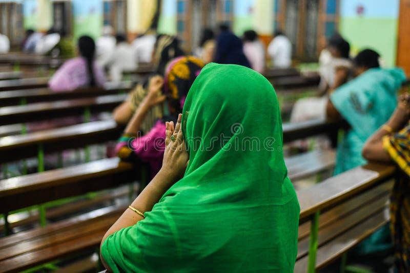 Frauen, die Jesus mit Bibel im Kirchenpastor und in betendem Gott der Leute in der Kirche beten lizenzfreies stockbild