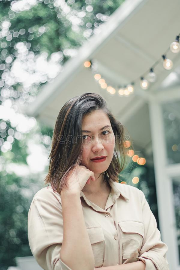 Frauen, die mit den Farnen benutzt, um zu verzieren stehen lizenzfreie stockfotografie