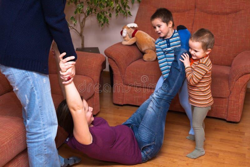 Frauen, die mit Kindern spielen lizenzfreie stockfotografie