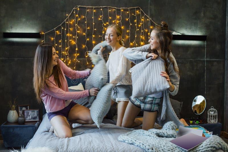 Frauen, die mit Kissen kämpfen stockbild