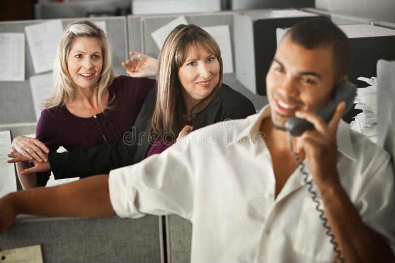 Frauen, die mit Mitarbeiter flirten lizenzfreies stockfoto