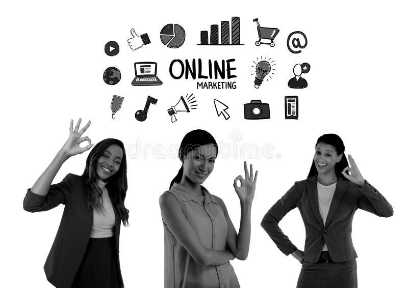 Frauen, die mit okayzeichen, Online-Marketing lächeln lizenzfreie stockfotos