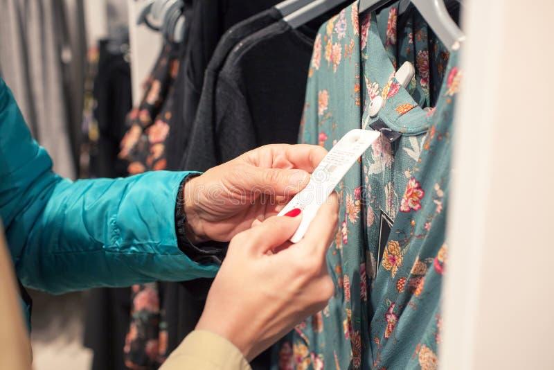 Frauen, die am modernen Geschäft kaufen stockbilder