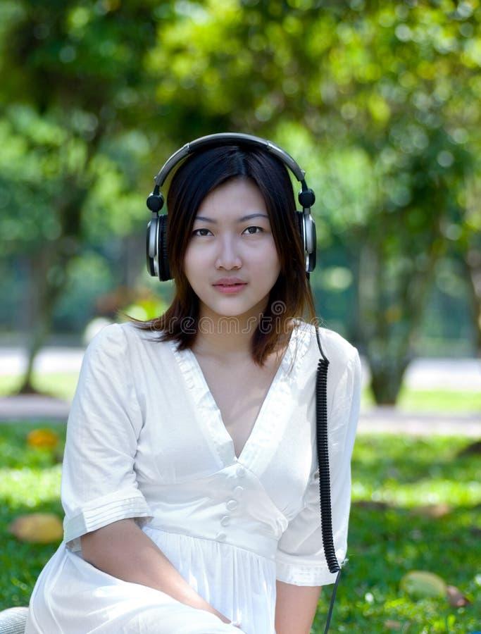 Frauen, die Musik hören lizenzfreies stockfoto