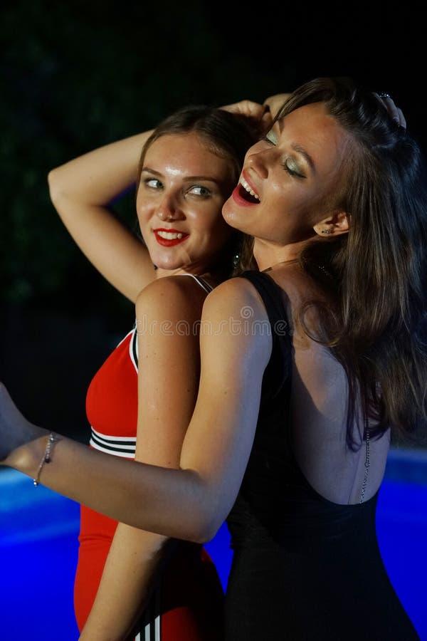 Frauen, die in die Nacht tanzen stockfotografie