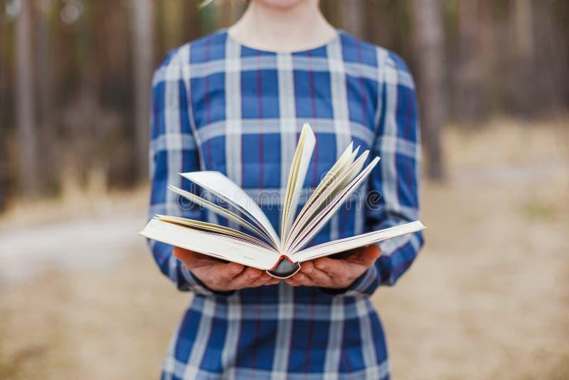 Frauen, die offenes Buch in den Händen halten stockfotos