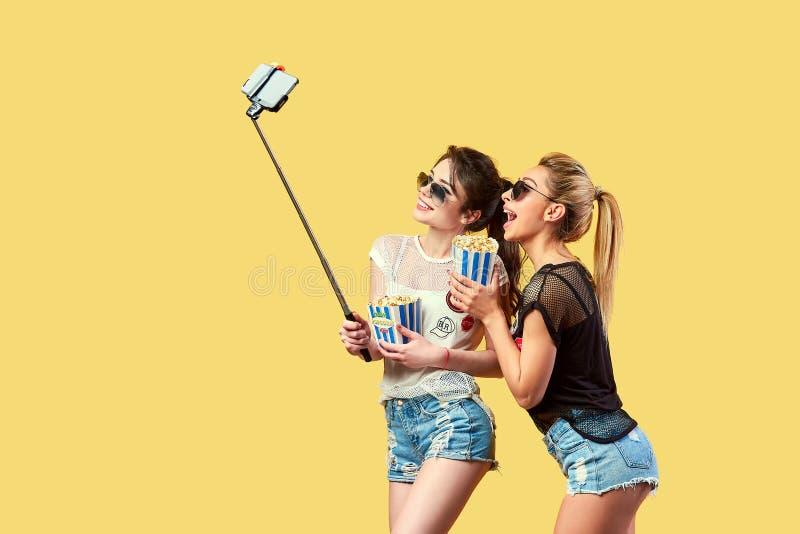 Frauen, die selfie mit Popcorn nehmen stockbilder