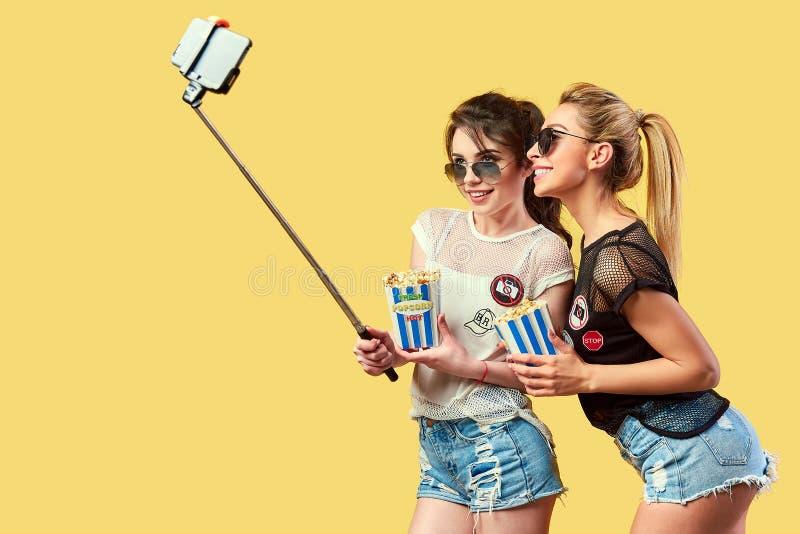 Frauen, die selfie mit Popcorn nehmen lizenzfreies stockbild