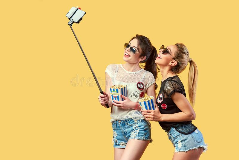 Frauen, die selfie mit Popcorn nehmen stockfotografie