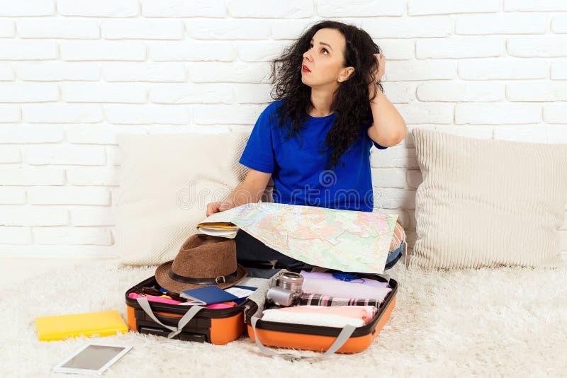 Frauen, die sich auf die Reise vorbereiten Junge Mädchen packen Koffer für die Reise Fahrplankonzept Personen, Reisen und stockfotografie