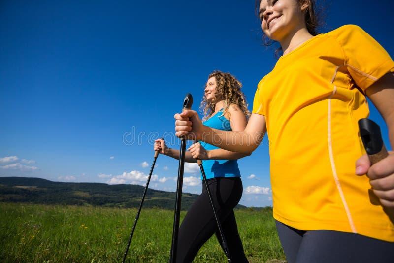 Frauen, die, Springen im Freien laufen stockbilder