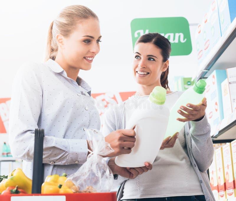 Frauen, die am Supermarkt kaufen stockfotografie