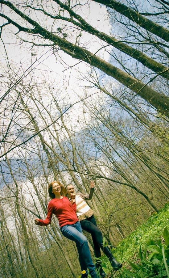Frauen, die in Wald laufen. lizenzfreie stockbilder