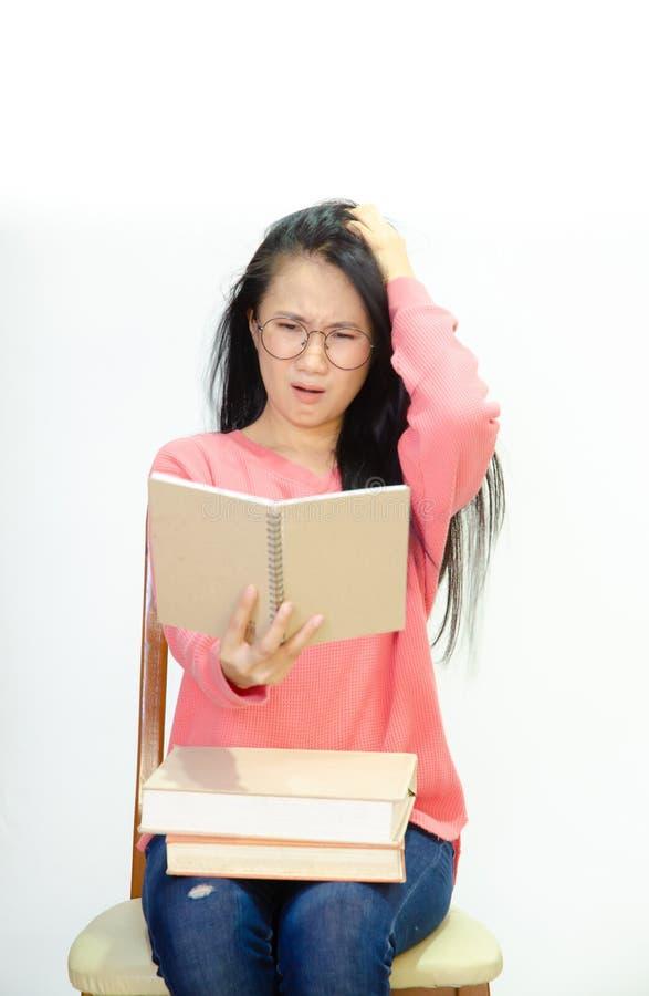 Frauen, die weiße Hemden auf Stühlen tragen lizenzfreies stockbild