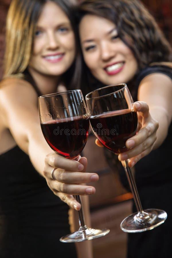Frauen, die Weingläser rösten stockfotografie