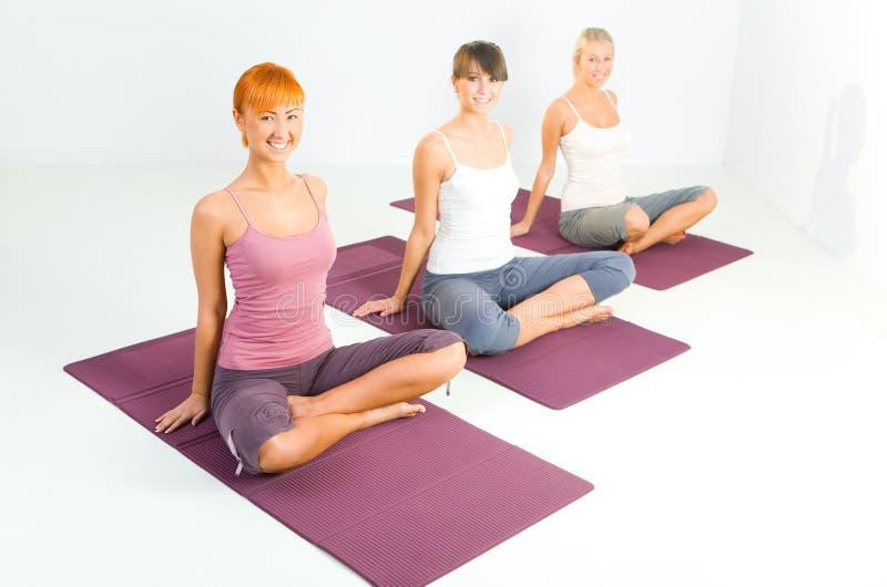 Frauen, die Yoga exercices tun lizenzfreie stockfotos