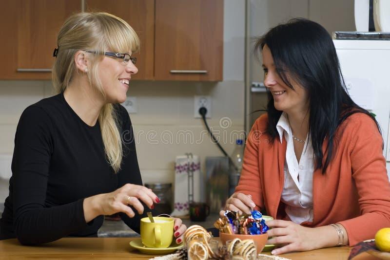 Frauen, die zu Hause Kaffee trinken stockfotografie