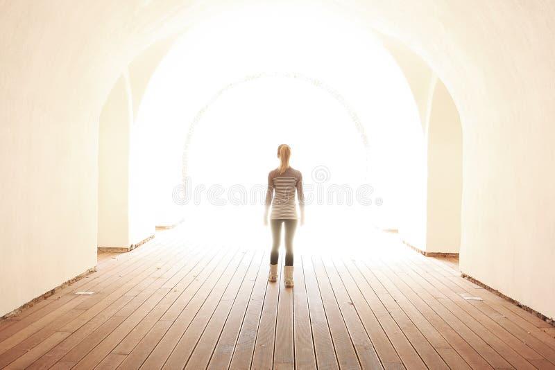 Frauen, die zur Leuchte gehen lizenzfreie stockbilder