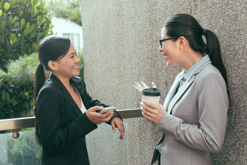Frauen, die zusammen sprechen plaudern lizenzfreies stockbild