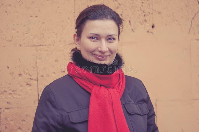 Frauen draußen weared roter Schal getontes Bild stockfotos