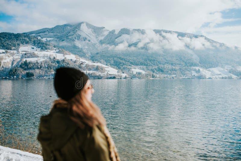 Frauen durch den See lizenzfreie stockfotos