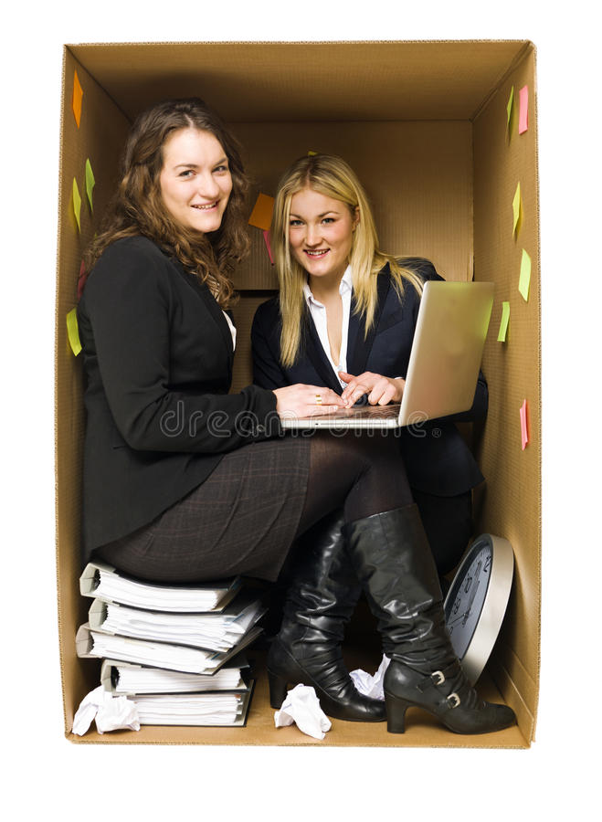 Frauen in einem kleinen Büro stockfotos