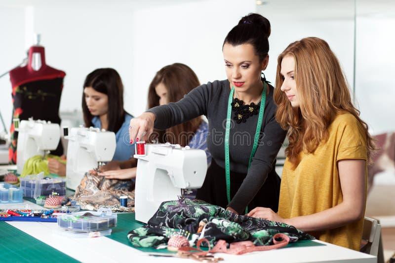 Frauen in einer nähenden Werkstatt lizenzfreie stockfotografie