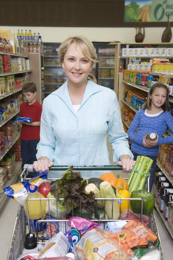Frauen-Einkaufen Mit Kindern Im Supermarkt Redaktionelles