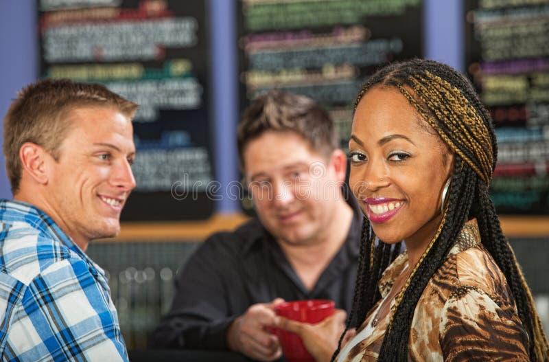 Frauen-Einrichtungskaffee stockfoto