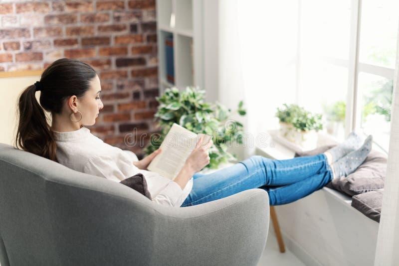 Frauen entspannen und lesen ein Buch lizenzfreies stockfoto