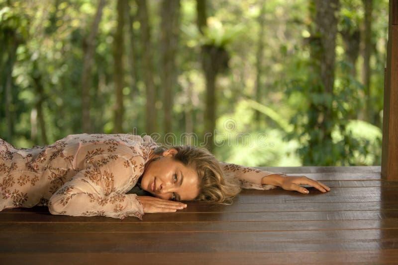 Frauen-entspannender Wald lizenzfreie stockfotos