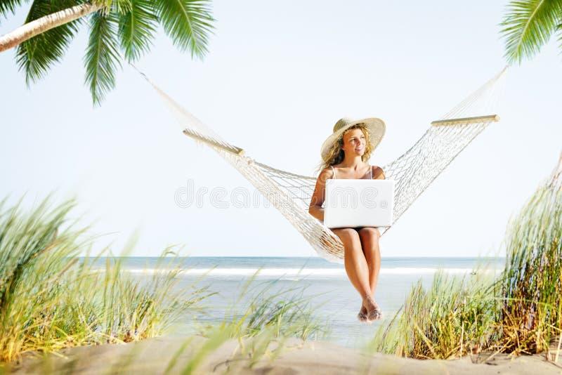 Frauen-Entspannungs-Strand-Arbeitsgenuss-Konzept lizenzfreie stockfotos