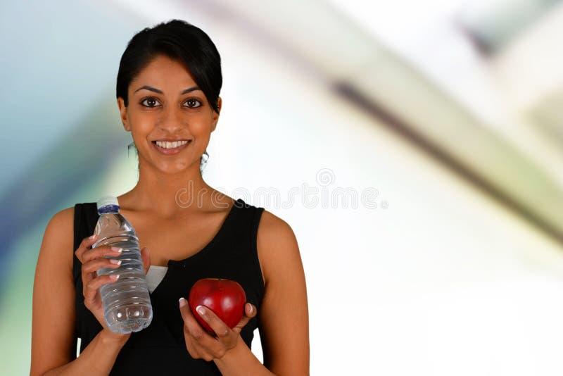 Frauen-Essen gesund nach Training stockfotos