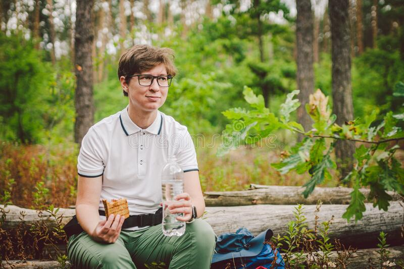 Frauen essen zu Mittag und machen Wanderung Hiker essen Sandwiches in der Natur Der Tourist hielt für das Abendessen in bewaldete stockfotos