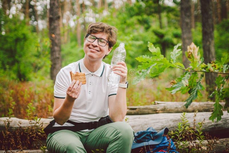 Frauen essen zu Mittag und machen Wanderung Hiker essen Sandwiches in der Natur Der Tourist hielt für das Abendessen in bewaldete lizenzfreie stockbilder