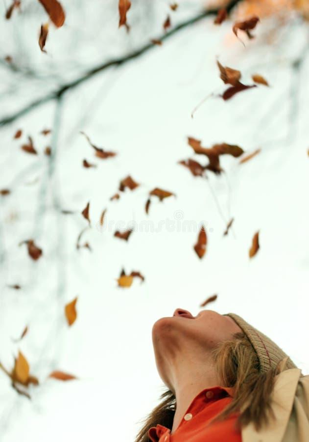 Frauen-fallende Blätter stockbilder