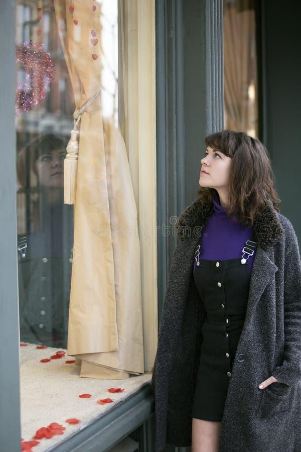 Frauen-Fenster-Einkaufen für ein Kleid stockfotos