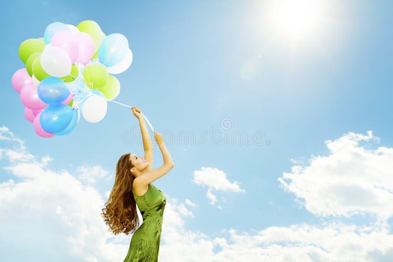 Frauen-Fliegen auf Ballonen, glückliches Mädchen mit buntem Luft-Ballon stockfotografie