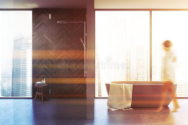 Frauen gehen in Panorama-Badezimmer, Badewanne und Dusche spazieren lizenzfreie stockfotos
