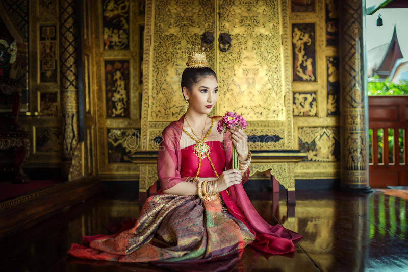 Frauen gekleidet im traditionellen thailändischen Kleid stockfoto
