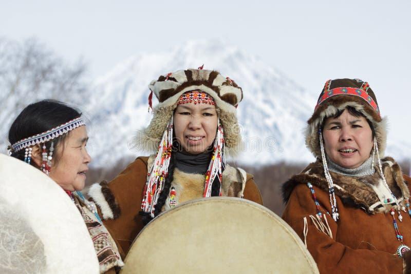 Frauen gekleidet in nationalem Kostüm Koryak mit Tamburinen stockfotos